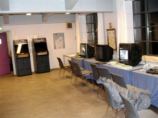 Gameroomet bød i år på retro i form af to arcademaskiner og Saturn, SNES, Dreamcast, Neo Geo, PC Engine, Mega Drive og Nintendo 64 fordelt over seks fjernsyn... 1/100