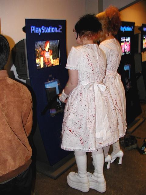 Gothic Lolita piger med pikante blodstænk og høje hæle. 26/100
