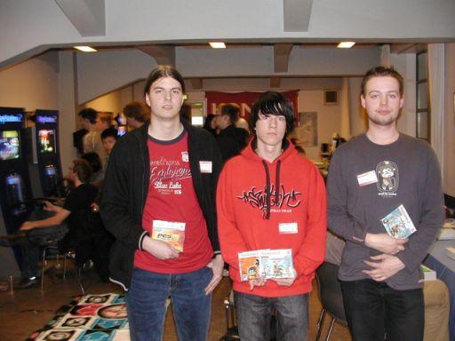 Resultatet af Soul Calibur III-konkurrencen blev: 1. Mike (midten), 2. Daniel (højre), 3. Kristoffer (venstre). 85/100