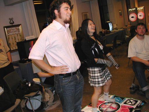 Efter lange overtalelsesforsøg er det lykkedes Cecilie at få J-popkai-formand Adrian til at give Dancing Stage en chance. 92/100