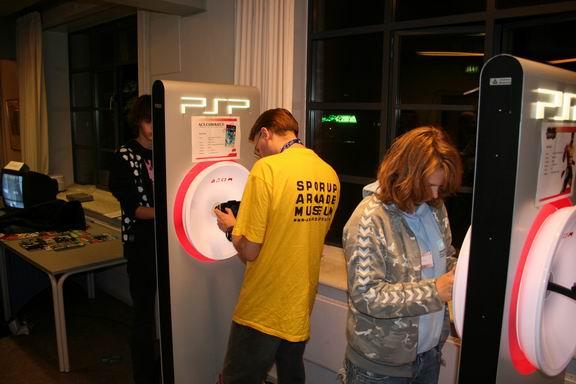 RJK (ham med den gule Sporup Arcade Museum T-shirt) kaster med klodser i Lumines II. Mere af det samme i samme gode stil. 60/133