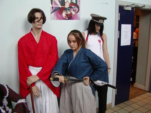 Pigen i midten var ikke en mannequin-dukke. Endnu en svensk deltager på eventyr i danske omgivelser. Med samurai-sværd og det hele. 8/99
