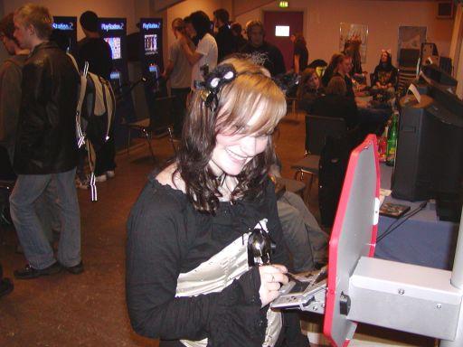 Senere på aftenen var der stadig masser af gang i hundetræningen på de opstillede DS'er. Der arbejdes seriøst på en teori, om at man spiller bedre hvis man bærer små nuttede ører som hovedbeklædning. 9/99