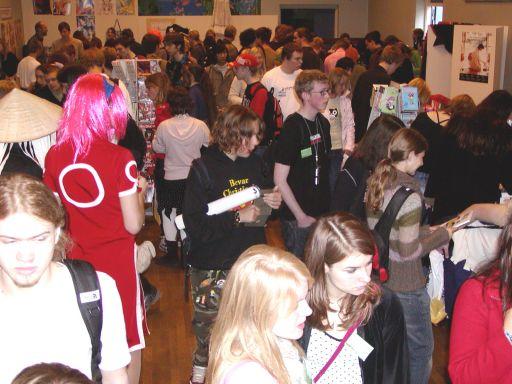 Et tætpakket forhandlerrum fyldt med målgruppen. Lyden af klingende mønt og bladren i manga-tegneserier, kunne høres hele vejen op til gameroomet på 1. sal. 15/99