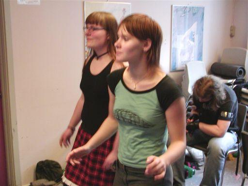 Eftermiddagsholdet overtager formiddagsholdet. Det er altid nemt at forklare gameplayet i <a href='info/soeg?titel=Dancing Stage&_submit=1'>Dancing Stage</a>. To skridt frem og et tilbage. Højre, venstre, ligeud. 53/99