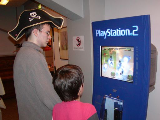 Mens <a href='info/soeg?titel=Katamari Damacy&_submit=1'>Katamari Damacy</a>-konkurrencen var igang, blev der også tid til at snuppe et billede af en versus-kamp i det nyeste <a href='info/soeg?titel=Dragon Ball Z&_submit=1'>Dragon Ball Z</a>-spil. Denne gang kan man kæmpe mod hinanden i store åbne 3d områder, og der var stort set multiplayer kampe i gang, i al den tid <a href='info/soeg?titel=Dragon Ball Z: Budokai Tenkaichi&_submit=1'>Dragon Ball Z: Budokai Tenkaichi</a> kørte i PS2 standeren. 79/99