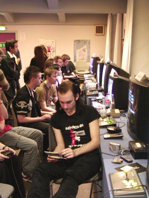 Sumez befinder sig her langt, langt væk fra støjen og larmen i det travle gameroom. Nærmere betegnet i fremtidens <a href='info/soeg?titel=Castlevania&_submit=1'>Castlevania</a> år 2026 på en Nintendo DS. Den årelange kamp mod det onde i Konamis klassiske platformserie, holder kvaliteten ved lige i <a href='info/soeg?titel=Castlevania: Dawn Of Sorrow&_submit=1'>Castlevania: Dawn Of Sorrow</a>, selvom brugen af touchscreen og stylus kan virke frustrerende. 83/99