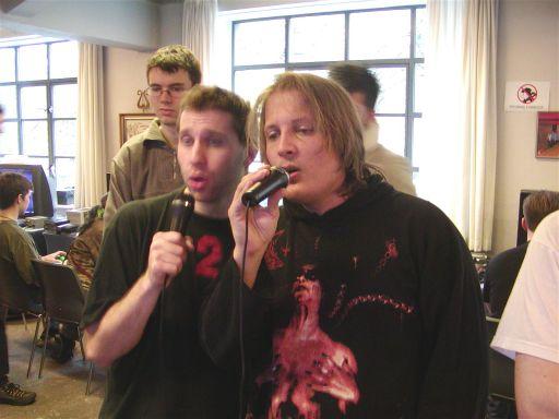 Hvis det ser ud som om at englene synger, så snyder billedet. Skønsang og fløjlsstemmer rimer ikke på Daniel og Karl. <a href='info/soeg?titel=Karaoke Stage&_submit=1'>Karaoke Stage</a> minder om <a href='info/soeg?titel=Sing Star&_submit=1'>Sing Star</a>, men indeholder et sjovere grafisk indhold, der lader spillets publikum buhe eller juble afhængig af spillerens sangstemme - eller mangel på samme, som her. 90/99