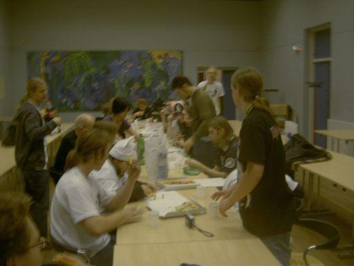 The last supper. Con'en er lukket, og arrangørerne deles om gratis cola og pizza, en velfortjent løn. 36/37