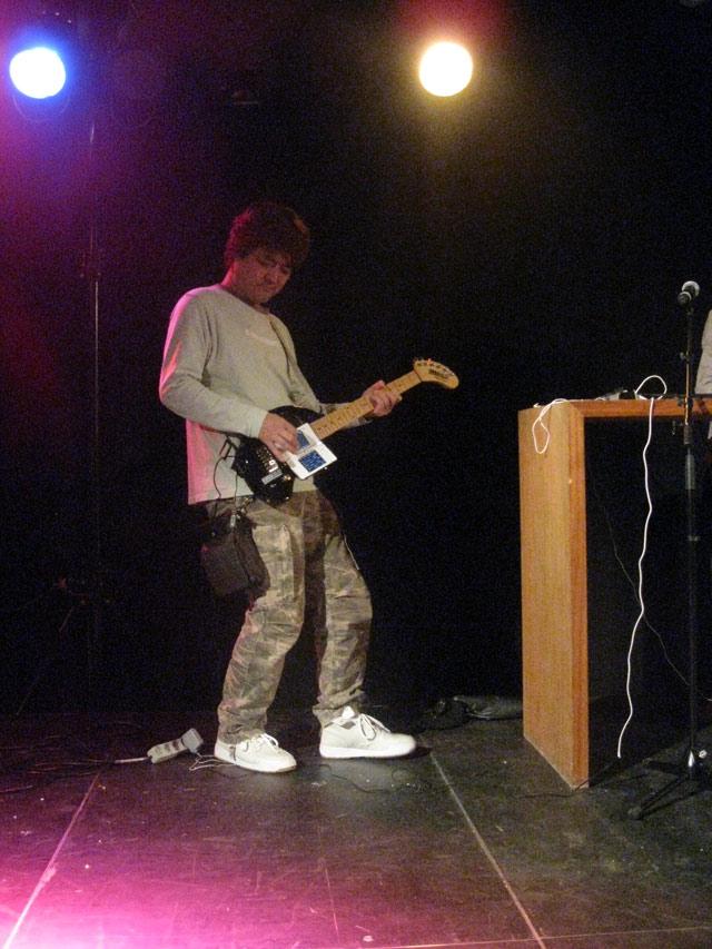 Nintendo DS påmonteret elektrisk guitar i melodisk fusion med KORG programmet. 3/72