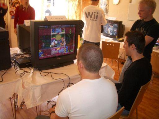 Den sidste halvdel af Gametest-holdet kæmper i <a href='info/soeg?titel=Super Puzzle Fighter II&_submit=1'>Super Puzzle Fighter II</a>. Cronoss påstår som sædvanligt at han vandt, men det tror ingen på... 32/80