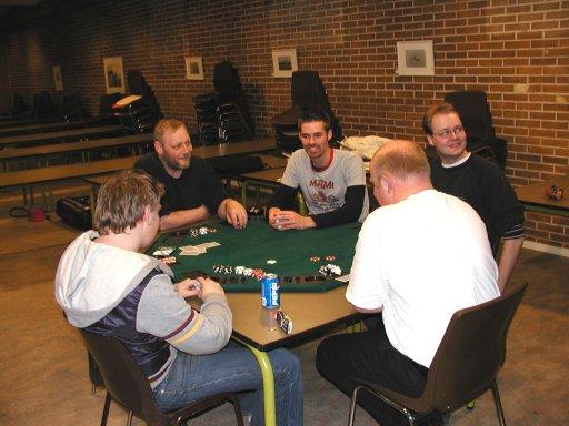 En gruppe SNG'ere spiller poker ved siden af - Fizban og Frigo kan ikke holde sig væk. 4/21