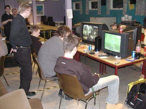 Folk lader så småt op til Single Cup'en. Bateman gør det ved at spille Metal Gear Solid 3. 11/21