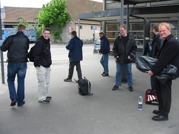 Jydeholdet på Århus Rutebilstation. KTC, Naiera, RJK, (en fremmed), Dark-Light, FIzban og Tonser. 1/22