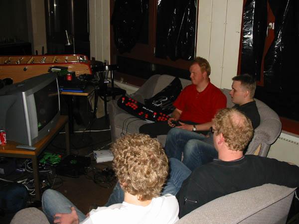 Tonser og KTC spiller Xbox. MIKA-L og Dark-Light ser på. 6/22