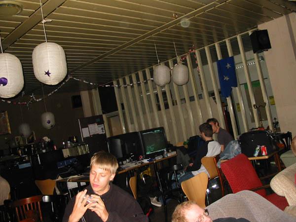 Playkid laver et eller andet, mens StrideR og Sumez er groet fast foran SNES'en. 13/22