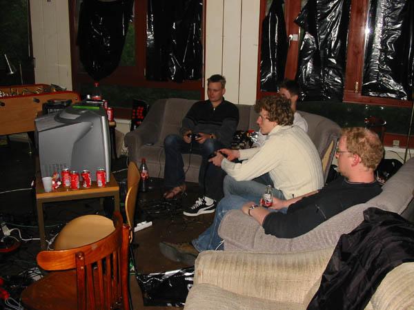 KTC og MIKA-L spiller Xbox. Søgaard og Dark-Light ser på. 21/22