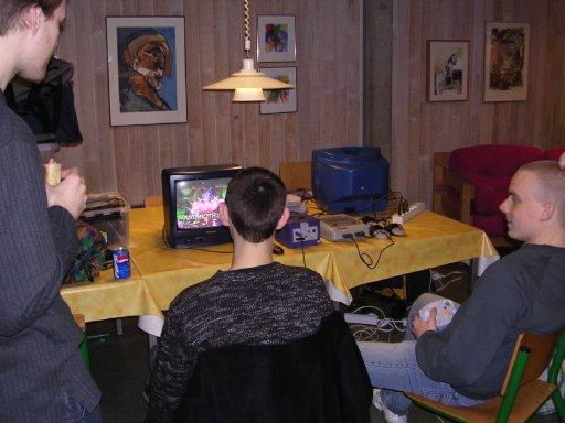 Murstein og HN spiller Soul Calibur II. Chrono ser på. 4/22
