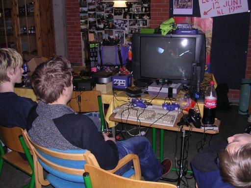 PS2 Playkid følger interesseret med i Knight Keen og Wagners Halo-kamp... Vent, det kan ikke passe... Det må have været noget andet end Halo... 18/22