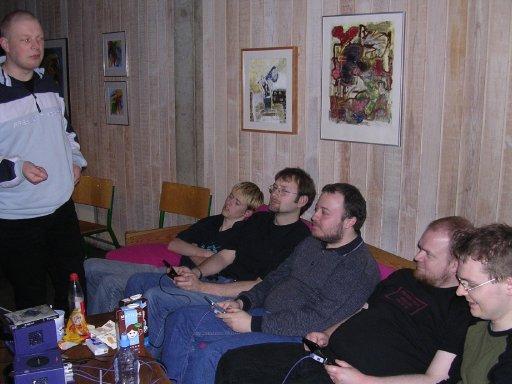 Aalborgenserne - Hyakotake, Bede-X, Gaku og Wehner - spiller Crystal Chronicles. Knight Keen er lullet i  søvn af musikken. 21/22