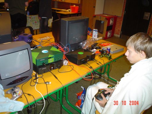 PS2 Playkid spiller (i bogstaveligste forstand) Halo med/mod sig selv. 3/23