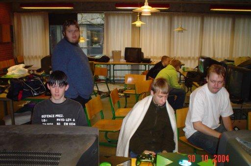 Knight Keen og PS2 Playkid spiller et eller andet, som Kristensen og Fizban ser på. 12/23