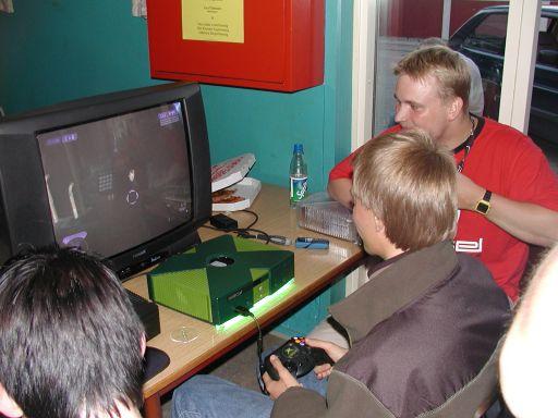 Bedøm selv hvad der er mest usmageligt. 2 Fast 2 Furious-style lyset under Playkids Xbox, eller det faktum at han har moddet Halo 2, så KTC medvirker i spillet... 3/27