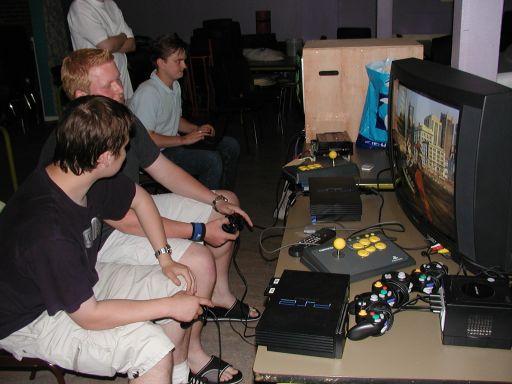 Hanky og Konsolkongen i gang med Tekken 5. Bag dem Alf81 og Naiera med Blazing Star til Neo Geo. 4/27