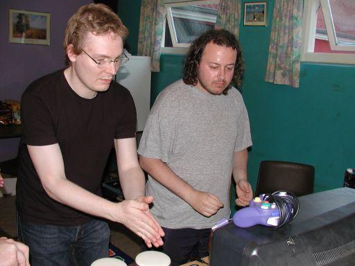 Wehner og Bede-X lyser af koncentration og klappevillighed i Donkey Konga. 24/27