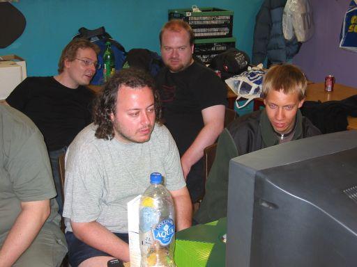 Bede-x spiller en af Playkids sindssyge Halo-mods, mens Wehner, Gaku og Playkid ser på. 6/11