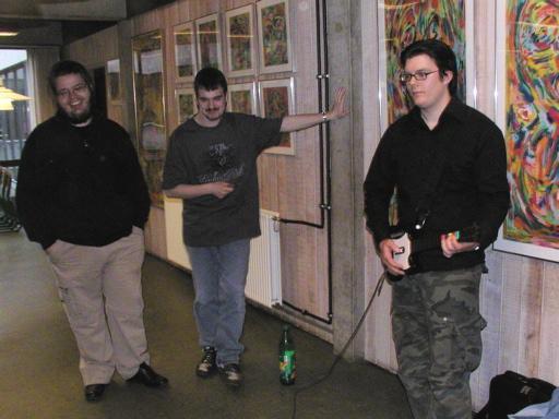Cronoss demonstrerer lige hvordan Guitar Hero skal spilles - Kristensen og Konsolkongen må se ydmyge til. Det burde de i hvert fald... 2/46