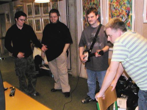 Cronoss lærer Konsolkongen at spille guitar - nu også med HN som tilskuer. 4/46