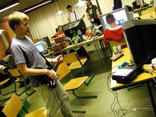 Iqon spiller også Guitar Hero. Kun tre sæt guitarer og tre sæt trommer på dette billede fra lørdag aften. Og de er IKKE allesammen i brug.... 41/46