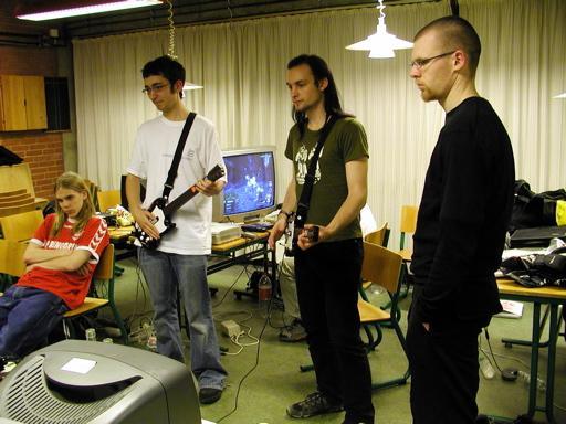 OuroborosSlayer og Sumez fortsætter deres langtrukne kamp i Guitar Hero, flankeret af Krans.K og TL. 44/46