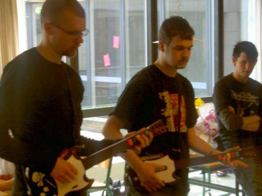 Lørdag kommer yderligere to guitarer på banen. 6/12
