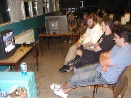 Kristensen, Konsolkongen og Cronoss er blevet trætte af at synge, og kaster sig over deres andet favoritområde: wrestling... 9/28