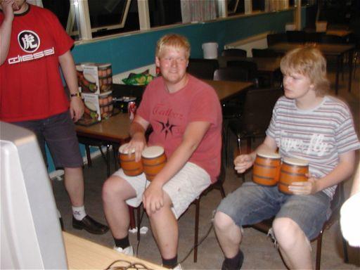 Hanky og Lt. Raziel trommer i Donkey Konga. 18/28