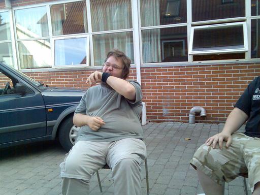 Lørdag aften skulle der grilles. Her på motivet, en Kristensen der er så sulten, at han æder sin arm. 8/17