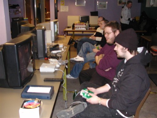 Konsolkongen og Kristensen spiller Dreamcast. 8/35