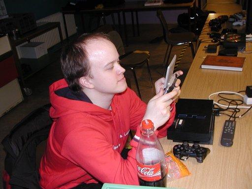 The Dane spiller GBA-spil på DS. 9/35