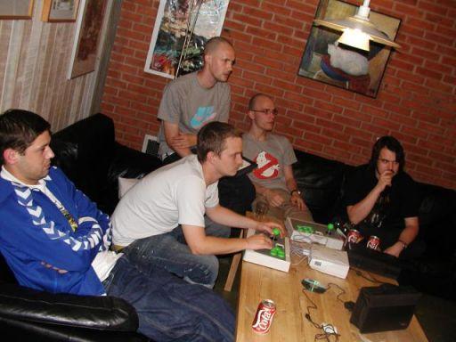 Kroebocop, T.L.O., Killer Bean 2 og Konsolkongen kigger på mens Alf81 spiller... 1/18