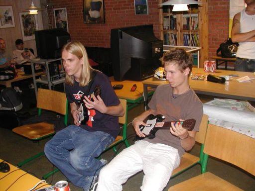 Krans.K og makker med Guitar Hero. 11/18