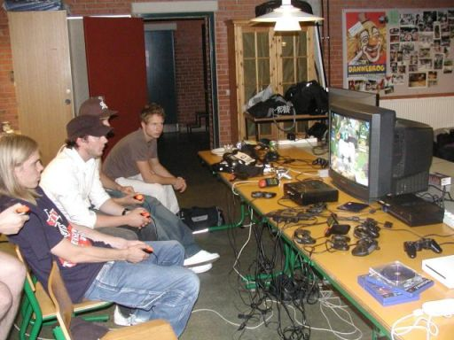 Cronoss, Cronoss' lillebror, Krans.K og The Dane i gang med træffets ultimative højdepunkt af super-gameplay... 16/18