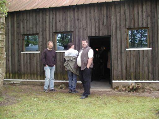 Michael med en t-shirt som man heldigvis ikke kan se teksten på, flankeret af Mammen og Henrik. 41/49