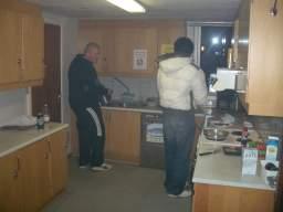 Hanky og Happy Joe indhyller køkkenet i røg og damp. 17/29
