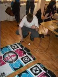 Naiera fasttaper DDR-dansemåtte efter nødtørftig reperation, og så har vi omsider åbnet for spilrummet til 2009-udgaven af Otaku Life på Århus Festuge. 1/35