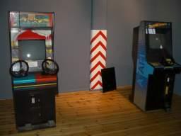 De første maskiner opstillet i den tomme udstillingshal på Brandts, efter en lang køretur. 8/20