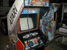 Efter nogle ugers arbejde er de forskellige arcademaskiner til udstillingen Vroum! Vroum! istandsat og klar til afgang. Her <a href='info/soeg?titel=Pole Position&platform=ARC&param=1&_submit=1'>Pole Position</a>. 1/20