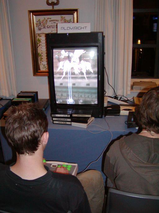 Karl Knudsens (Le Roof) dedikerede TATE-fjernsyn, tålte mosten og 90 grader i næsten alle tre dage. Arcadespil (primært shoot'em-ups (shmups)) konverteret til konsol, afspilles bedst i denne position. Her er det Dreamcast-versionen af <a href='info/soeg?titel=Ikaruga&_submit=1'>Ikaruga</a> (fra Treasure), der skærer gameplayet ud i sort og hvidt. 2/99