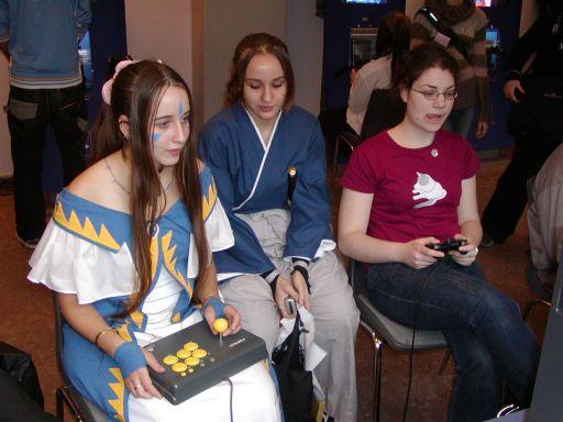 Det er kun på J-popcon at man kan opleve en svensk cosplayer sidde med et Namco-arcadestick og spille 2d versus-fighteren <a href='info/soeg?titel=Guilty Gear XX&_submit=1'>Guilty Gear XX</a>. Og knapperne matcher dragten. 29/99